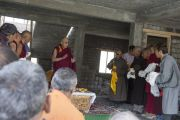 Его Святейшество Далай-лама на строительстве медицинского центра в Падуме. Занскар, штат Джамму и Кашмир, Индия. Фото: Тензин Чойджор (офис ЕСДЛ)
