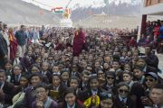 Его Святейшество Далай-лама фотографируется на память с учениками и сотрудниками средней школы Ламдрон в Падуме. Занскар, штат Джамму и Кашмир, Индия. Фото: Тензин Чойджор (офис ЕСДЛ)
