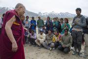 Его Святейшество Далай-лама беседует с непальскими строителями в Падуме. Занскар, штат Джамму и Кашмир, Индия. Фото: Тензин Чойджор (офис ЕСДЛ)