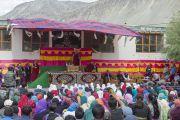 Его Святейшество Далай-лама выступает в средней школе в Падуме. Занскар, штат Джамму и Кашмир, Индия. Фото: Тензин Чойджор (офис ЕСДЛ)