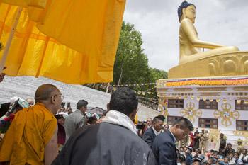 Далай-лама открыл летний семинар о совершенной мудрости и освятил статую Будды