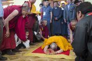 Его Святейшество Далай-лама совершает простирания на входе в храм Джокханг в Лехе. Ладак, штат Джамму и Кашмир, Индия. 29 июня 2014 г. Фото: Тензин Чойджор (офис ЕСДЛ)