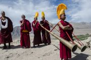 Монахи играют на традиционных длинных трубах, встречая Его Святейшество Далай-ламу в монастыре Петхуб. Ладак, штат Джамму и Кашмир, Индия. 29 июня 2014 г. Фото: Тензин Чойджор (офис ЕСДЛ)
