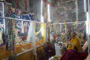 Его Святейшество Далай-лама освящает недавно отреставрированную тысячелетнюю статую Ямантаки в монастыре Петхуб в Лехе. Ладак, штат Джамму и Кашмир, Индия. 29 июня 2014 г. Фото: Тензин Чойджор (офис ЕСДЛ)