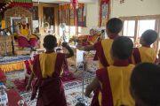 Монахи тантрического монастыря Гьюдзин проводят философский диспут в присутствии Его Святейшества Далай-ламы. Ладак, штат Джамму и Кашмир, Индия. 29 июня 2014 г. Фото: Тензин Чойджор (офис ЕСДЛ)