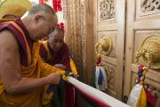 Его Святейшество Далай-лама торжественно открывает новый большой зал в монастыре Ликир. Ладак, штат Джамму и Кашмир, Индия. 29 июня 2014 г. Фото: Тензин Чойджор (офис ЕСДЛ)