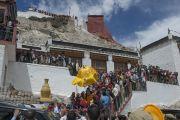 Его Святейшество Далай-лама уезжает из монастыря Петхуб в Лехе. Ладак, штат Джамму и Кашмир, Индия. 29 июня 2014 г. Фото: Тензин Чойджор (офис ЕСДЛ)