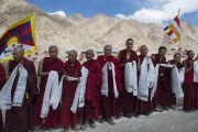 Монахи ожидают прибытия Его Святейшества Далай-ламы в монастырь Ликир. Ладак, штат Джамму и Кашмир, Индия. 29 июня 2014 г. Фото: Тензин Чойджор (офис ЕСДЛ)