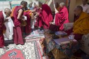 """Ганден Трипа Ризонг Ринпоче выдает монахам сертификаты на торжественном открытии семинара по теме """"Парчин (совершенная мудрость) в монастыре Ликир. Ладак, штат Джамму и Кашмир, Индия. 30 июня 2014 г. Фото: Тензин Чойджор (офис ЕСДЛ)"""