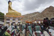 Его Святейшество Далай-лама у статуи Будды в поселении Ней. Ладак, штат Джамму и Кашмир, Индия. 30 июня 2014 г. Фото: Тензин Чойджор (офис ЕСДЛ)
