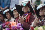 Ладакские женщины в национальных костюмах слушают Его Святейшество Далай-ламу в поселении Ней. Ладак, штат Джамму и Кашмир, Индия. 30 июня 2014 г. Фото: Тензин Чойджор (офис ЕСДЛ)