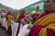 Монахи держат статуи, которые будут поднесены Его Святейшеству Далай-ламе во время молебна о его долголетии в монастыре Ликир. Ладак, штат Джамму и Кашмир, Индия. 1 июля 2014 г. Фото: Тензин Чойджор (офис ЕСДЛ)
