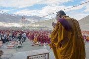 Его Святейшество Далай-лама приветствует собравшихся в монастыре Ликир перед началом учений. Ладак, штат Джамму и Кашмир, Индия. 1 июля 2014 г. Фото: Тензин Чойджор (офис ЕСДЛ)