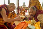 Его Святейшество Далай-лама зажигает масляный светильник перед началом учений Калачакары. Лех, Ладак, штат Джамму и Кашмир, Индия. 3 июля 2014 г. Фото: Мануэль Бауэр