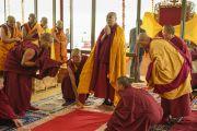 Его Святейшество Далай-лама готовится совершать простирания в начале первого дня учений Калачакры. Лех, Ладак, штат Джамму и Кашмир, Индия. 3 июля 2014 г. Фото: Мануэль Бауэр
