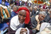 """Тибетцы ожидают прибытия Его Святейшества Далай-ламы в школу """"Тибетская детская деревня Чогламсар"""" неподалеку от Леха. Ладак, штат Джамму и Кашмир, Индия. 3 июля 2014 г. Фото: Мануэль Бауэр"""