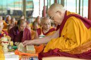 Его Святейшество Далай-лама в первый день учений Калачакры. Лех, Ладак, штат Джамму и Кашмир, Индия. 3 июля 2014 г. Фото: Мануэль Бауэр