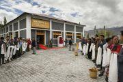Местные жители собрались у нового административного здания района Сонамлинг, построенного на средства из Фонда Далай-ламы, в ожидании прибытия Его Святейшества. Лех, Ладак, штат Джамму и Кашмир, Индия. 3 июля 2014 г. Фото: Мануэль Бауэр