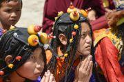 """Тибетцы слушают речь Его Святейшества Далай-ламы в школе """"Тибетская детская деревня Чогламсар"""" неподалеку от Леха. Ладак, штат Джамму и Кашмир, Индия. 3 июля 2014 г. Фото: Мануэль Бауэр"""