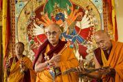 Его Святейшество Далай-лама готовится освящать место проведения учений Калачакры. Ладак, штат Джамму и Кашмир, Индия. 3 июля 2014 г. Фото: Мануэль Бауэр