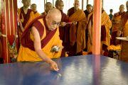 Его Святейшество Далай-лама совершает приготовления перед началом построения мандалы Калачакры. Ладак, штат Джамму и Кашмир, Индия. 3 июля 2014 г. Фото: Мануэль Бауэр