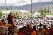 """Его Святейшество Далай-лама выступает в школе """"Тибетская детская деревня Чогламсар"""" неподалеку от Леха. Ладак, штат Джамму и Кашмир, Индия. 3 июля 2014 г. Фото: Мануэль Бауэр"""