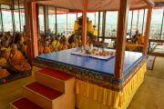 Его Святейшество Далай-лама и монахи читают молитвы перед началом учений Калачакры. Лех, Ладак, штат Джамму и Кашмир, Индия. 3 июля 2014 г. Фото: Мануэль Бауэр