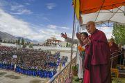 """Его Святейшество Далай-лама в школе """"Тибетская детская деревня Чогламсар"""" неподалеку от Леха. Ладак, штат Джамму и Кашмир, Индия. 3 июля 2014 г. Фото: Мануэль Бауэр"""