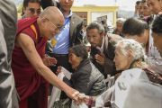 """Его Святейшество Далай-лама здоровается со своими почитателями в школе """"Тибетская детская деревня Чогламсар"""" неподалеку от Леха. Ладак, штат Джамму и Кашмир, Индия. 3 июля 2014 г. Фото: Мануэль Бауэр"""