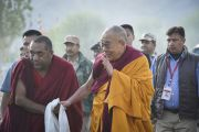 Его Святейшество Далай-лама приветствует своих почитателей в начале второго дня учений Калачакры. Лех, Ладак, штат Джамму и Кашмир, Индия. 4 июля 2014 г. Фото: Мануэль Бауэр.
