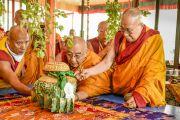 Его Святейшество Далай-лама проводит ритуалы подготовки и освящения пространства для посвящения Калачакры. Лех, Ладак, штат Джамму и Кашмир, Индия. 4 июля 2014 г. Фото: Мануэль Бауэр.