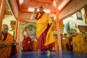 Его Святейшество Далай-лама проводит ритуалы подготовки и освящения площадки, на которой монахи монастыря Намгьял построят мандалу Калачакры. Лех, Ладак, штат Джамму и Кашмир, Индия. 4 июля 2014 г. Фото: Мануэль Бауэр.
