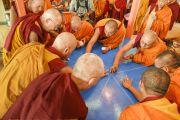 Его Святейшество Далай-лама и монахи монастыря Намгьял размечают площадку, на которой будет построена мандала Калачакры. Лех, Ладак, штат Джамму и Кашмир, Индия. 4 июля 2014 г. Фото: Мануэль Бауэр.