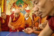 Его Святейшество Далай-лама размечает площадку, на которой будет построена мандала Калачакры. Лех, Ладак, штат Джамму и Кашмир, Индия. 4 июля 2014 г. Фото: Мануэль Бауэр.
