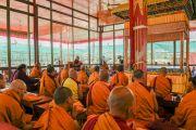 Его Святейшество Далай-лама и собрание монахов проводят ритуалы освящения и подготовки пространства для посвящения Калачакры. Лех, Ладак, штат Джамму и Кашмир, Индия. 5 июля 2014 г. Фото: Манэль Бауэр.