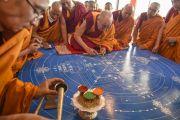 Его Святейшество Далай-лама насыпает первые крупинки цветного песка в начале строительства мандалы Калачкры. Лех, Ладак, штат Джамму и Кашмир, Индия. 5 июля 2014 г. Фото: Манэль Бауэр.