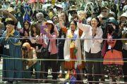 Иностранные участники учений Калачакры провожают Его Святейшество Далай-ламу на обед во время перерыва между сессиями. Лех, Ладак, штат Джамму и Кашмир, Индия. 5 июля 2014 г. Фото: Манэль Бауэр.