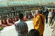 Его Святейшество Далай-лама приветствует стотысячную толпу людей, собравшихся на празднование его 79-летия во время учений Калачакры. Лех, Ладак, штат Джамму и Кашмир, Индия. 6 июля 2014 г. Фото: Мануэль Бауэр.