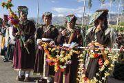 Утром четвертого дня учений Калачакры ладакские женщины стоят вдоль дороги к месту проведения учений, чтобы приветствовать Его Святейшество Далай-ламу. Лех, Ладак, штат Джамму и Кашмир, Индия. 6 июля 2014 г. Фото: Мануэль Бауэр.