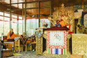 Его Святейшество Далай-лама дарует предварительные учения перед посвящением Калачакры. Лех, Ладак, штат Джамму и Кашмир, Индия. 6 июля 2014 г. Фото: Мануэль Бауэр.