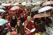 Многие участники учений Его Святейшества Далай-ламы прячутся под зонтиками от палящих лучей солнца. Лех, Ладак, штат Джамму и Кашмир, Индия. 6 июля 2014 г. Фото: Мануэль Бауэр.