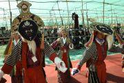 Исполнение тибетских национальных танцев в честь дня рождения Его Святейшества Далай-ламы. Лех, Ладак, штат Джамму и Кашмир, Индия. 6 июля 2014 г. Фото: Мануэль Бауэр.
