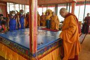 Его Святейшество Далай-лама наблюдает за ходом строительства песочной мандалы Калачакры. Лех, Ладак, штат Джамму и Кашмир, Индия. 6 июля 2014 г. Фото: Мануэль Бауэр.