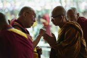Его Святейшество Далай-лама беседует с буддийским монахом из Юго-Восточной Азии по окончании первого дня предварительных учений перед посвящением Калачакры. Лех, Ладак, штат Джамму и Кашмир, Индия. 6 июля 2014 г. Фото: Мануэль Бауэр.