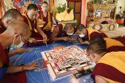 Монахи монастыря Намгьял трудятся над возведением песочной мандалы Калачакры. Лех, Ладак, штат Джамму и Кашмир, Индия. 6 июля 2014 г. Фото: Мануэль Бауэр.