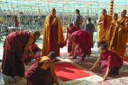 Его Святейшество Далай-лама перед началом второго дня предварительных учений для посвящения Калачакры. Лех, Ладак, штат Джамму и Кашмир, Индия. 7 июля 2014 г. Фото: Мануэль Бауэр.
