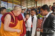 Его Святейшество Далай-лама покидает место проведения учений по окончании пятого дня 33-х учений Калачакры. Лех, Ладак, штат Джамму и Кашмир, Индия. 7 июля 2014 г. Фото: Мануэль Бауэр.