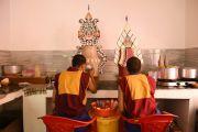 Монахи монастыря Намгьял украшают масляными скульптурами подношения для посвящения Калачакры. Лех, Ладак, штат Джамму и Кашмир, Индия. 7 июля 2014 г. Фото: Мануэль Бауэр.