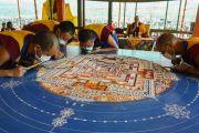 Монахи монастыря Намгьял продолжают кропотливую работу возведения песочной мандалы Калачакры. Лех, Ладак, штат Джамму и Кашмир, Индия. 7 июля 2014 г. Фото: Мануэль Бауэр.