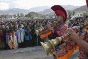 Люди выстроились вдоль дороги, по которой должен прибыть Его Святейшество Далай-лама. Лех, Ладак, штат Джамму и Кашмир, Индия. 8 июля 2014 г. Фото: Манэуль Бауэр.